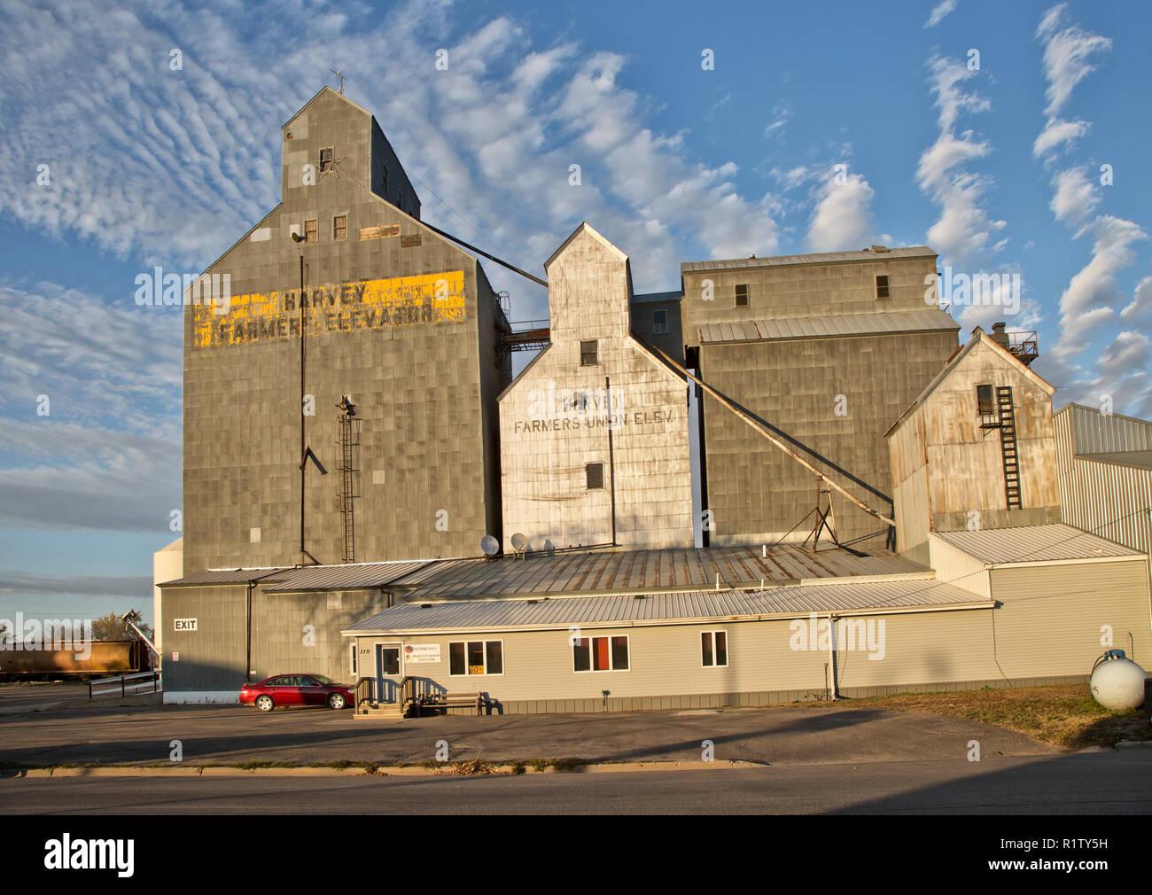 Harvey 'Agriculteurs' & l'ascenseur plus 'Farmers Union' ascenseur à droite, early morning light, Harvey, dans le Dakota du Nord. Photo Stock