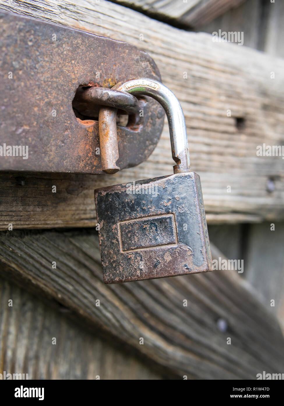Un vieux sur le cadenas, les portes en bois patiné Photo Stock