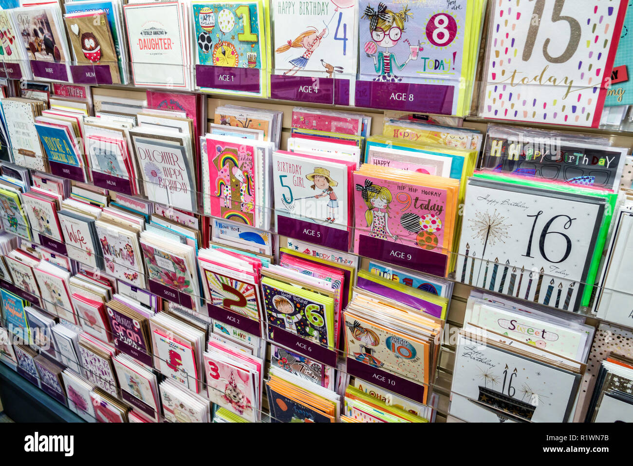 Londres Angleterre Royaume-Uni Grande-bretagne Kensington cadeaux papeterie shopping cartes de souhaits souhaits d'anniversaire de l'âge enfant lunatique Photo Stock