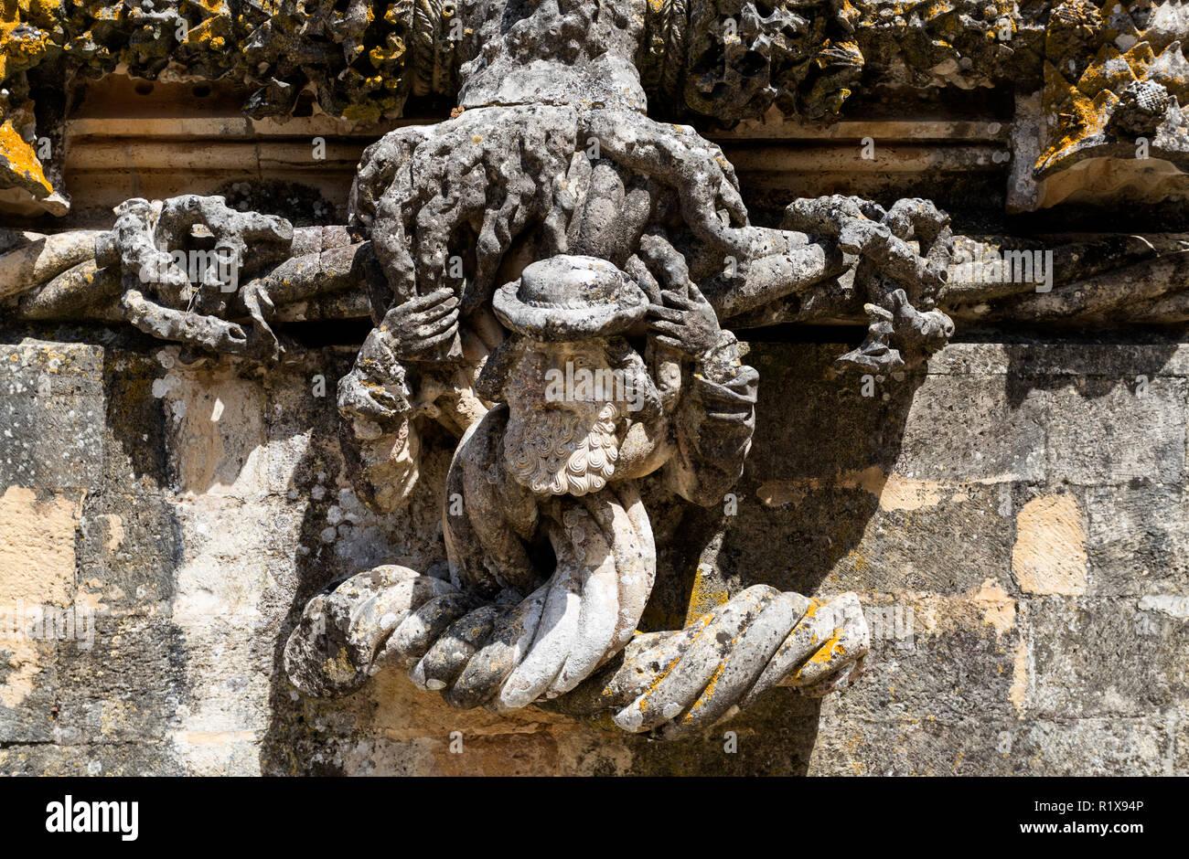 Détail de la sculpture délicate d'une figure humaine sur la partie inférieure de la fenêtre manuéline du Couvent du Christ, à Tomar, Portugal Photo Stock