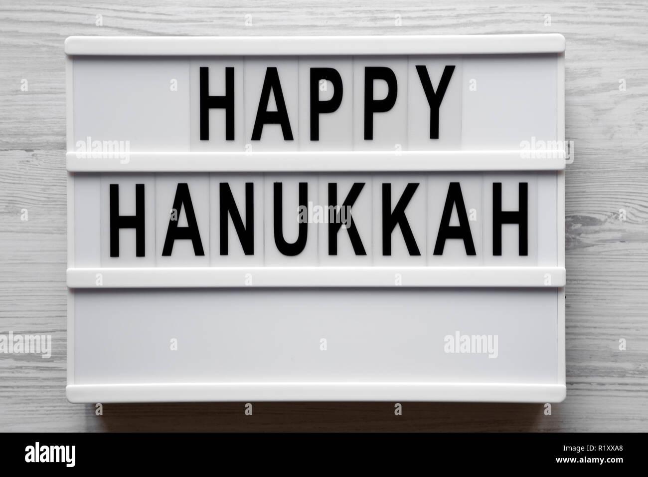 Lightbox Avec Happy Hanukkah Mot Sur La Surface En Bois Blanc Vue