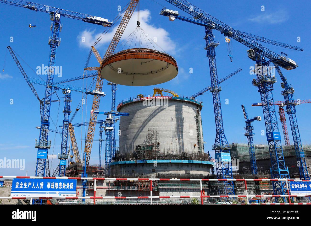 (181115) -- BEIJING, 15 novembre 2018 (Xinhua) -- Photo prise le 23 mai 2018 présente le site d'installation d'un dôme hémisphérique au n° 3 de l'unité nucléaire de Fangchenggang dans le sud de la Chine, région autonome Zhuang du Guangxi. Selon le Bureau national des statistiques, la Chine a augmenté de production d'énergie de 7,2 pour cent sur un an au cours des 10 premiers mois de 2018. Rien qu'en octobre, la Chine a généré 533 milliards de kilowatt-heures (kWh) d'électricité, en hausse de 4,8 pour cent d'année en année, plus rapide que la croissance de 4,6 % en septembre. La moyenne quotidienne a atteint 17,2 milliards d'électricité kWh, en bordure fr Photo Stock
