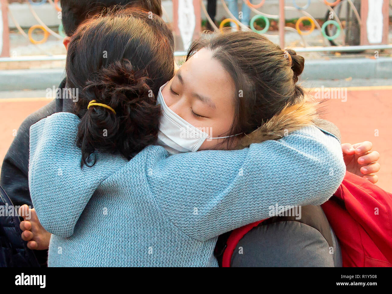 Busan, Séoul, Corée du Sud. 15 Nov 2018. Une mère encourage sa fille, un étudiant du secondaire en face d'une salle d'examen de l'examen d'entrée à l'université nationale de Pusan, environ 420 km (261 milles) au sud-est de Séoul, Corée du Sud. La Corée du Sud a tenu l'examen d'entrée à l'université annuelle nationale, le Collège Scholastic Aptitude Test (CSAT) le jeudi et environ 540 000 candidats ont passé l'examen pour cette année. Credit: Lee Jae-Won/AFLO/Alamy Live News Photo Stock