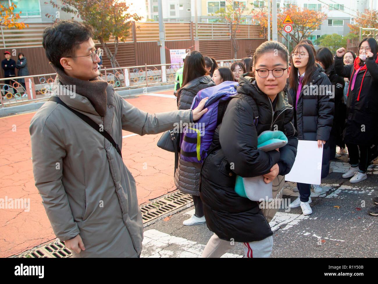 Busan, Séoul, Corée du Sud. 15 Nov 2018. Un enseignant (L) encourage un senior high school student arrivant en face d'une salle d'examen de l'examen d'entrée à l'université nationale de Pusan, environ 420 km (261 milles) au sud-est de Séoul, Corée du Sud. La Corée du Sud a tenu l'examen d'entrée à l'université annuelle nationale, le Collège Scholastic Aptitude Test (CSAT) le jeudi et environ 540 000 candidats ont passé l'examen pour cette année. Credit: Lee Jae-Won/AFLO/Alamy Live News Photo Stock