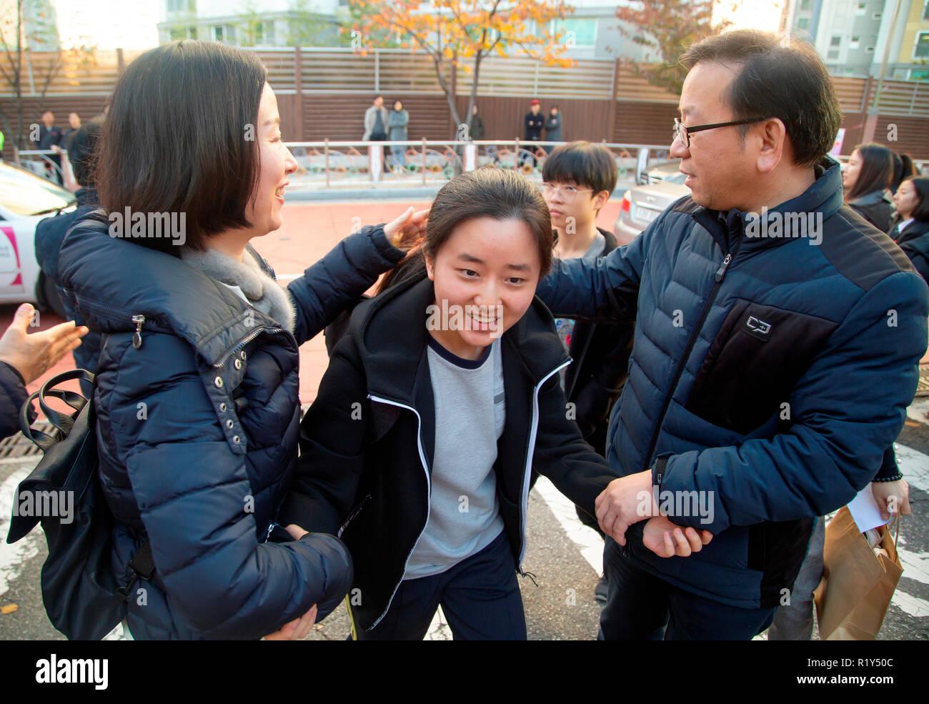 Busan, Séoul, Corée du Sud. 15 Nov 2018. Les enseignants à encourager un étudiant au secondaire (C) arrivant en face d'une salle d'examen de l'examen d'entrée à l'université nationale de Pusan, environ 420 km (261 milles) au sud-est de Séoul, Corée du Sud. La Corée du Sud a tenu l'examen d'entrée à l'université annuelle nationale, le Collège Scholastic Aptitude Test (CSAT) le jeudi et environ 540 000 candidats ont passé l'examen pour cette année. Credit: Lee Jae-Won/AFLO/Alamy Live News Photo Stock