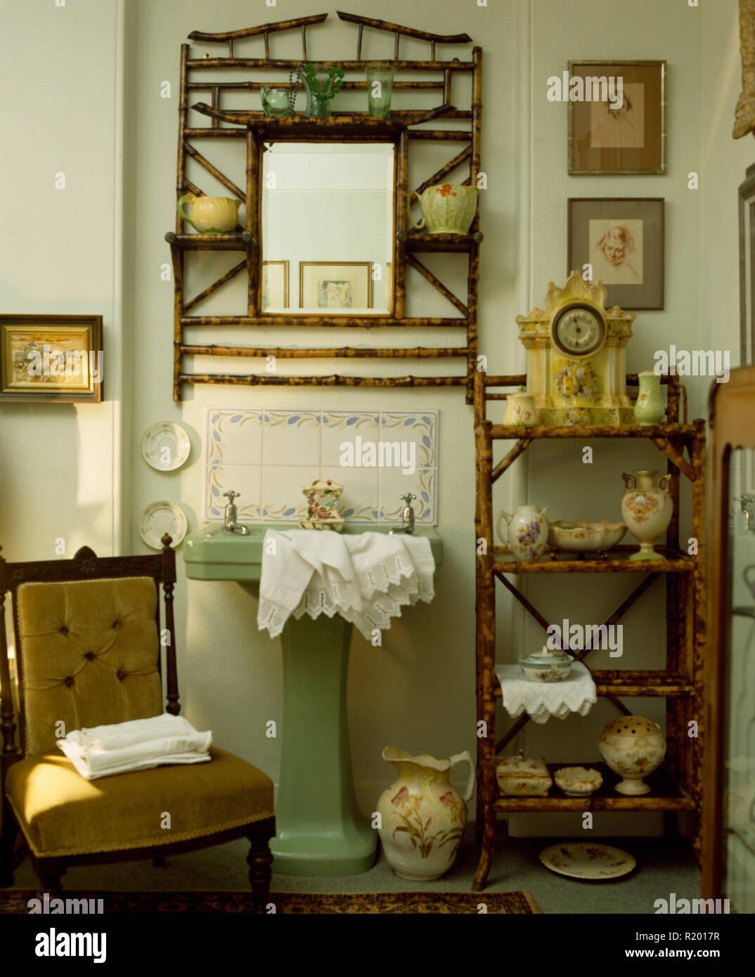 Vintage bamboo la chose et miroir dans salle de bains à l ...