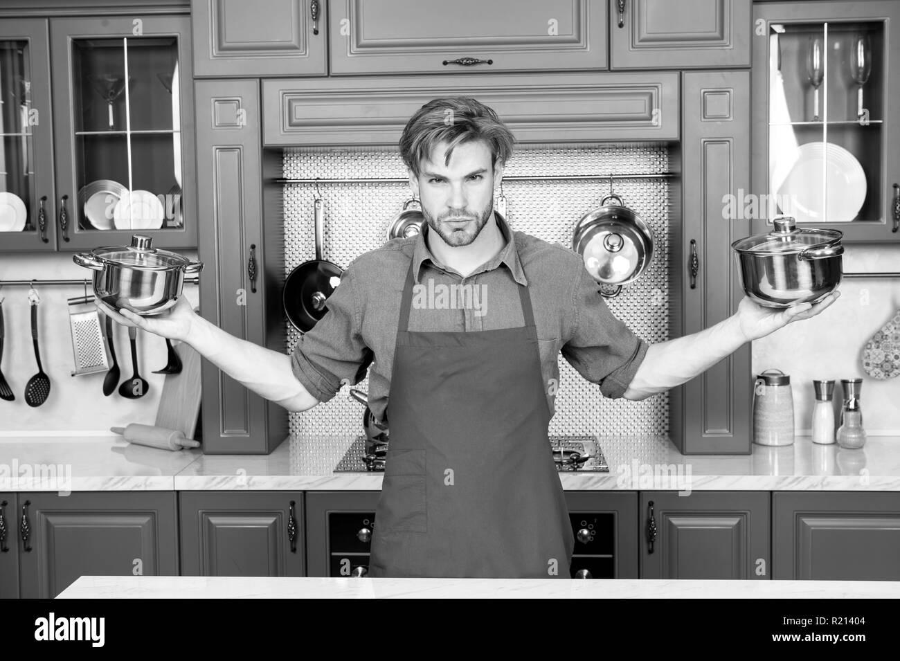 Chef. le temps de cuisson. Outils de cuisine, ustensiles de cuisine. Ensemble de Cuisine Casseroles Casseroles Photo Stock