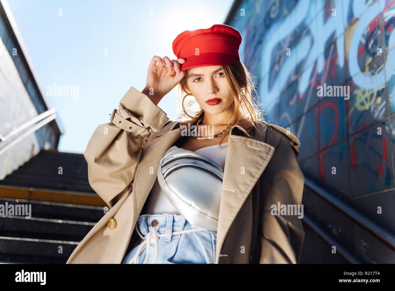 Belle jeune modèle photo portant béret rouge et accessoires Photo Stock 833e0809d7f