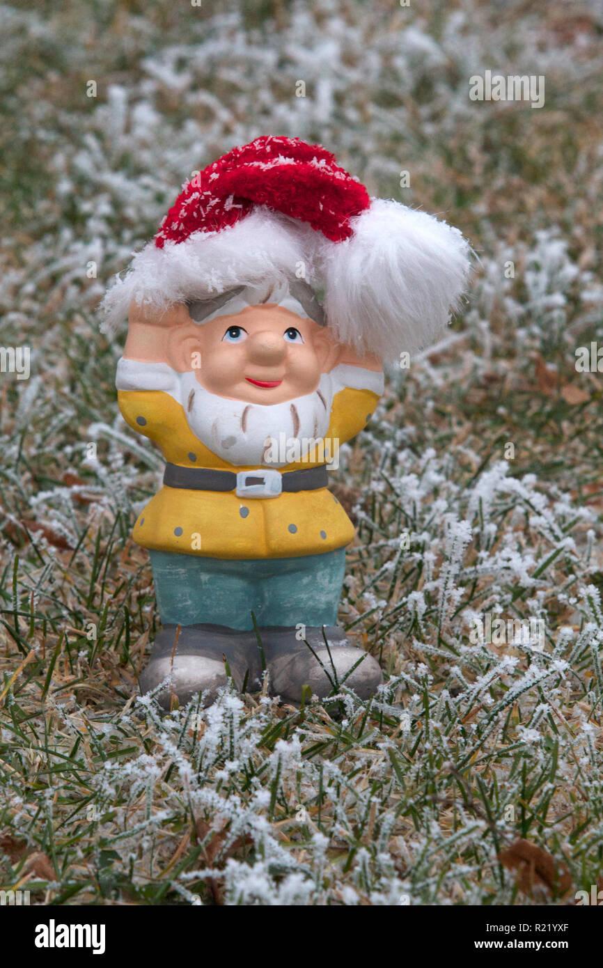 Garden Gnome Snow Photos & Garden Gnome Snow Images - Alamy