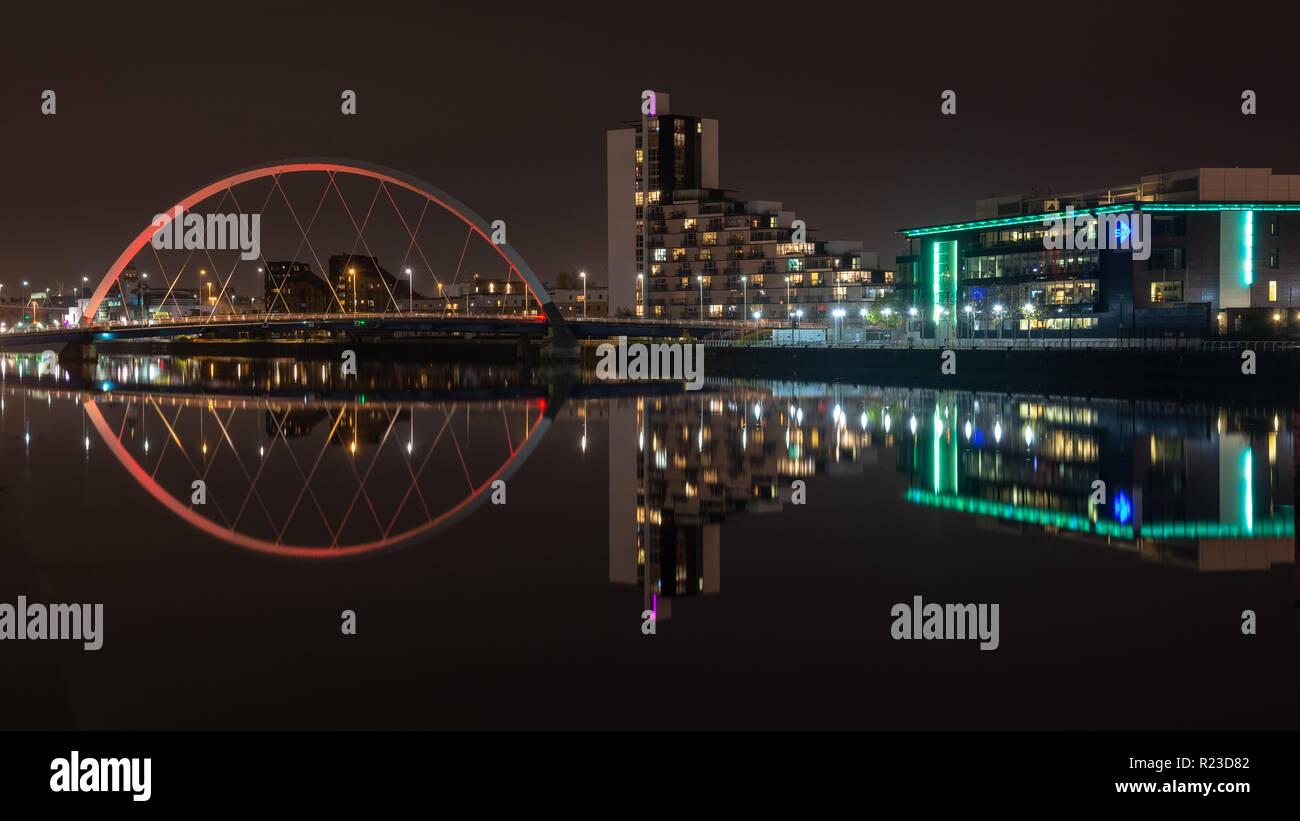 Glasgow, Scotland, UK - 4 novembre, 2018: le pont d'Arc et le Clyde et bureaux de studios STV se reflètent dans les eaux de la rivière Clyde dans Gl Banque D'Images