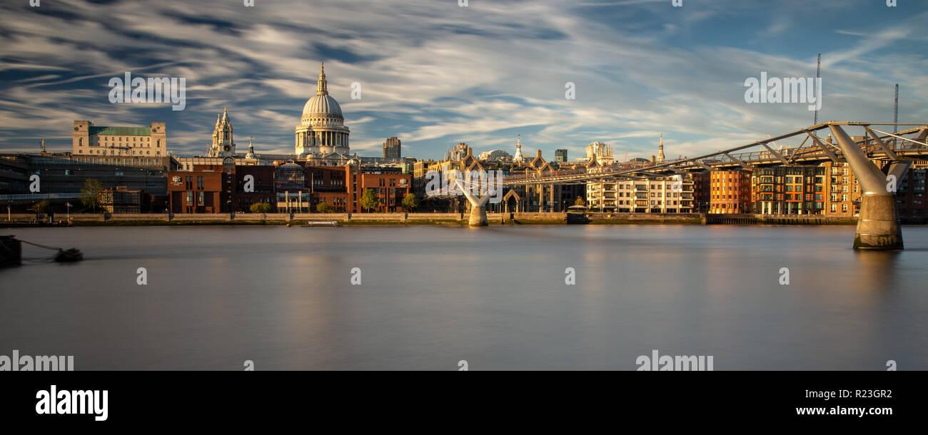 Londres, Angleterre, Royaume-Uni - 27 septembre 2018: soirée soleil illumine le dôme de la Cathédrale St Paul et le Millennium Bridge sur la Tamise dans le Banque D'Images