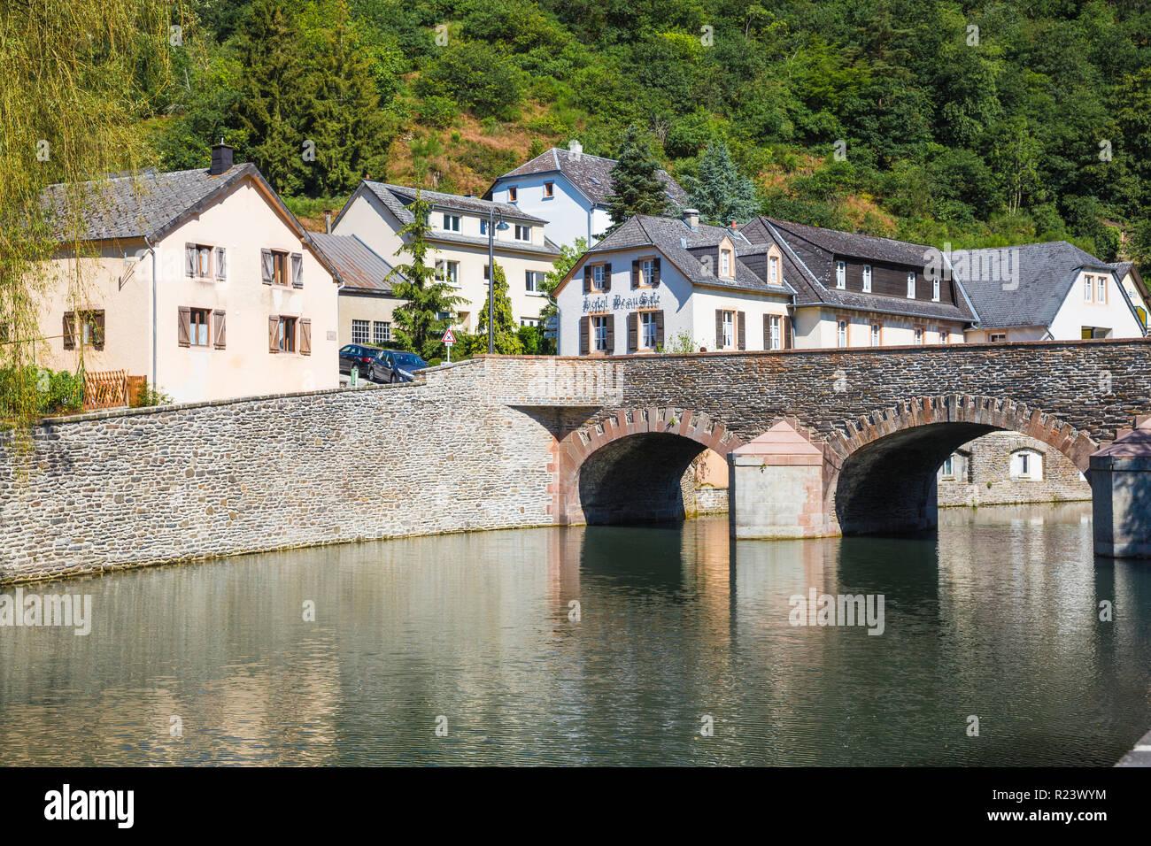 Pont de pierre sur la rivière Sûre, Esch-sur-Sûre, Luxembourg, Europe Photo Stock