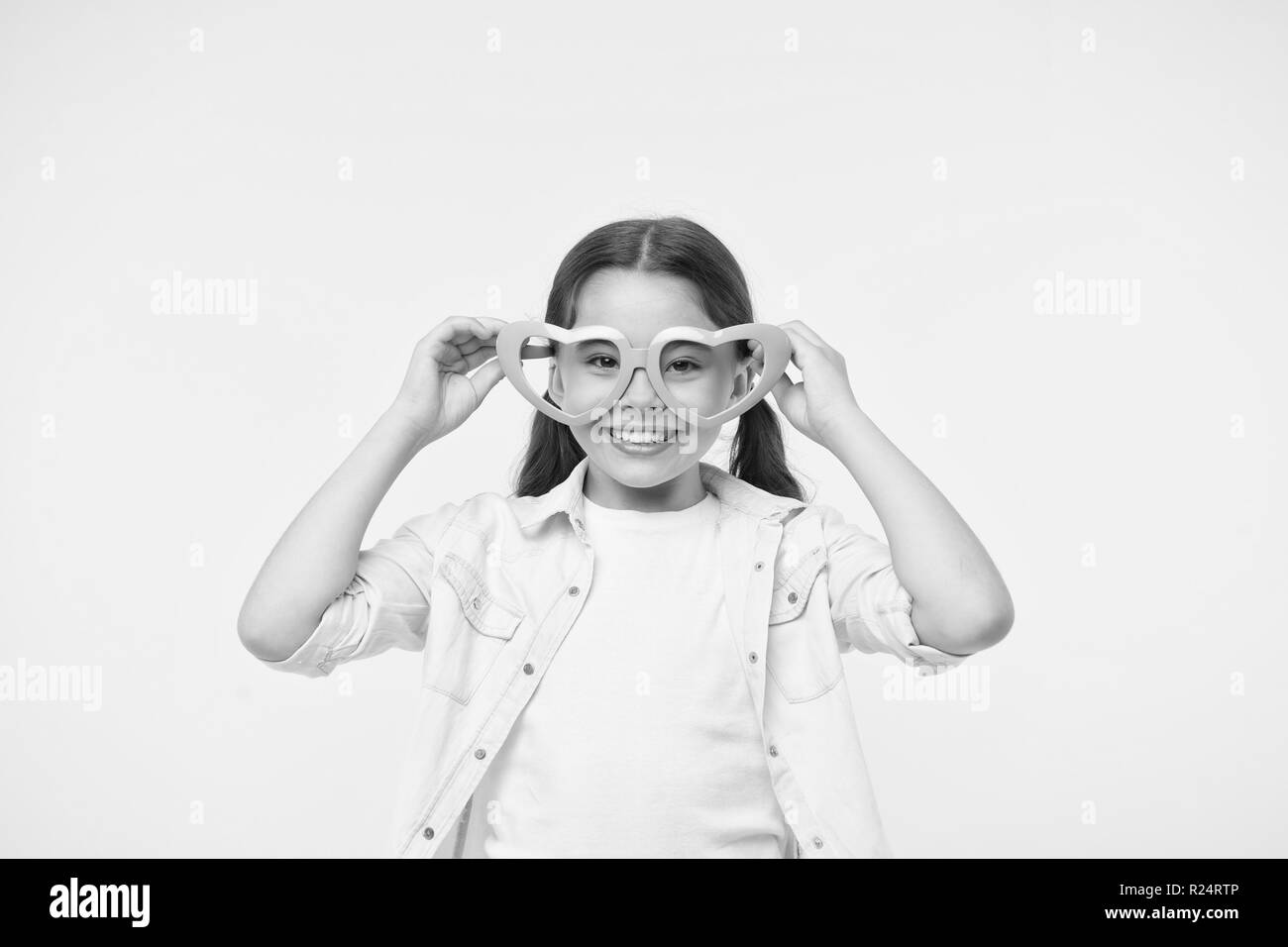 8a1ea2994c562b Heureux l'enfant porter des lunettes en forme de coeur sur fond jaune.  Petite fille sourire ...