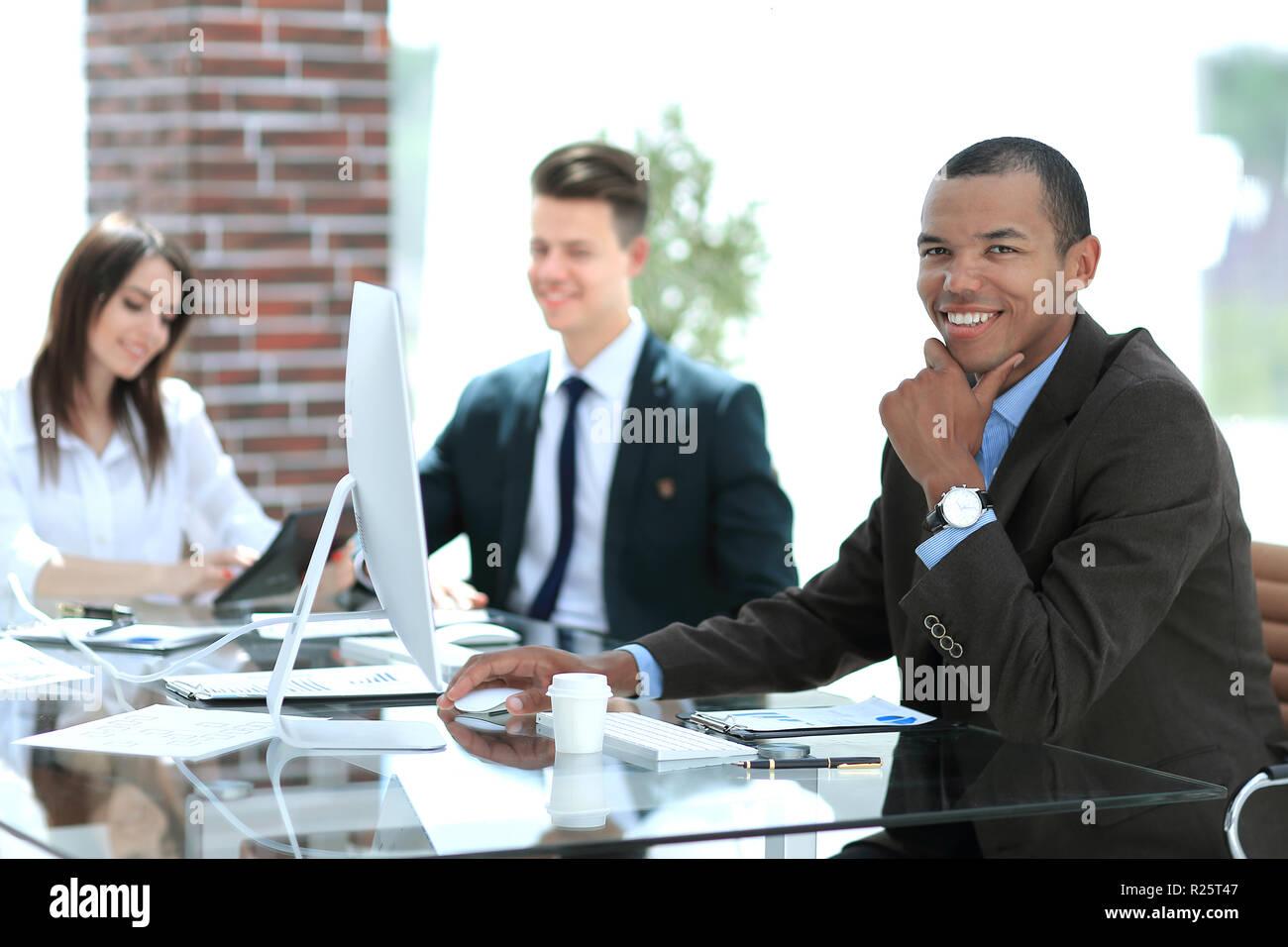 Bel homme afro américain avec tablette bureau moderne