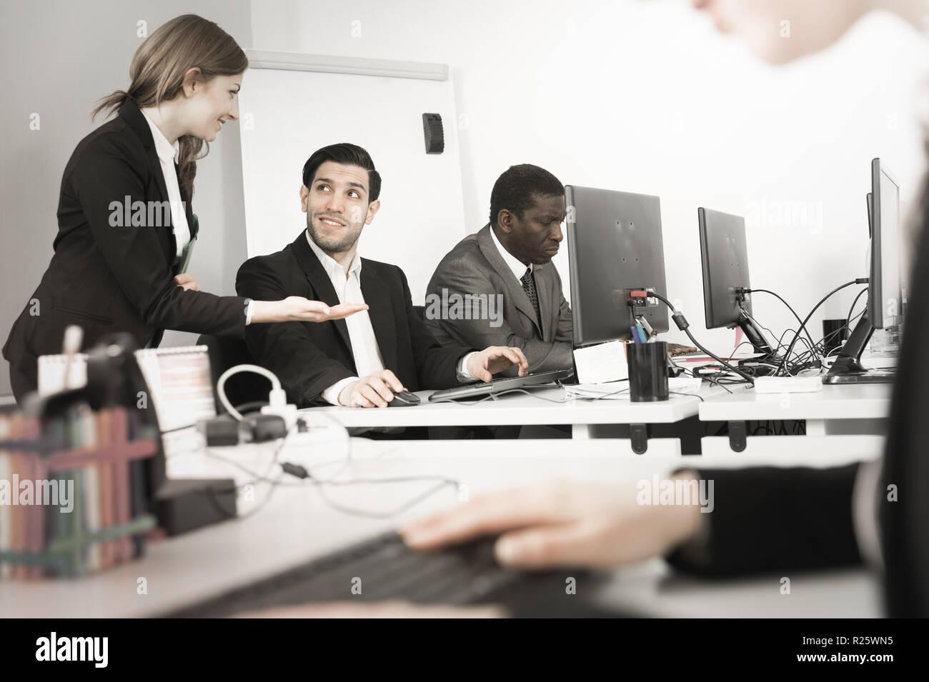 Jeune homme d affaires travaillant avec le pc dans le bureau et