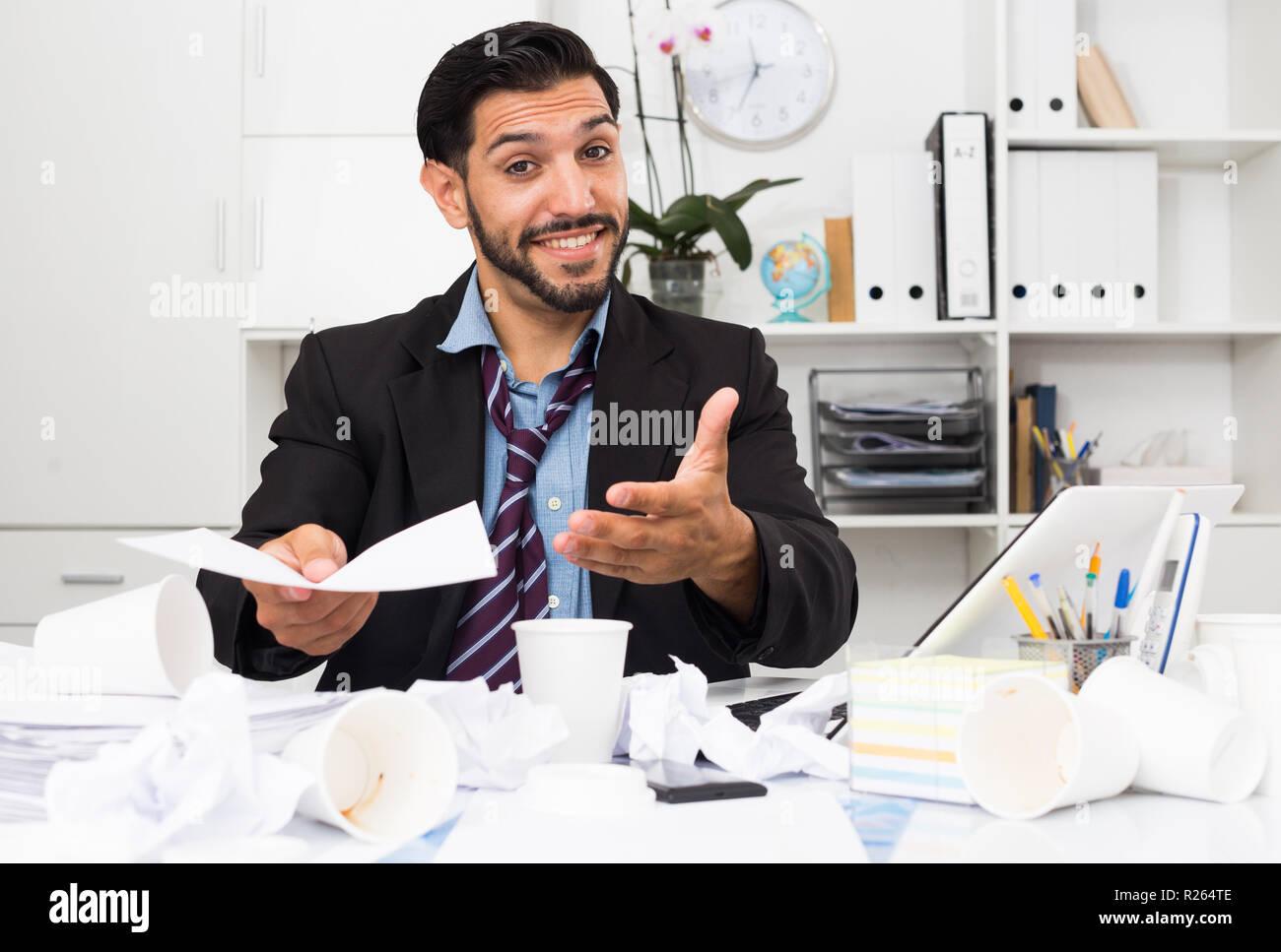 Homme d affaires espagnol parle avec partenaire de contrat au