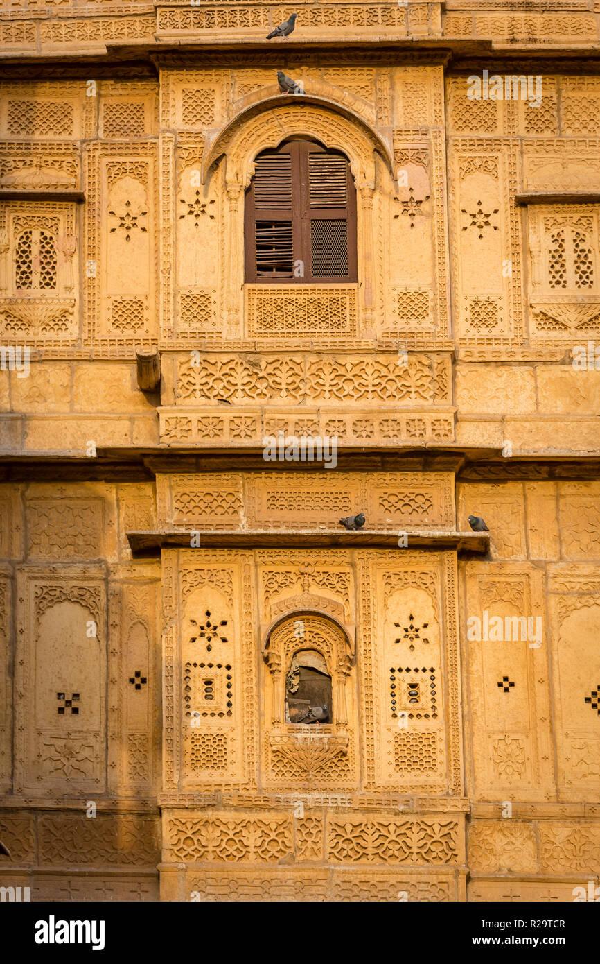 Pierre complexes sur une fenêtre à l'intérieur du fort de Jaisalmer dans le désert du Rajasthan en Inde Occidentale Banque D'Images