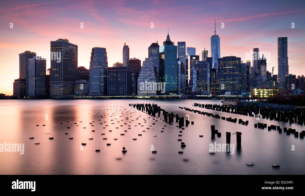 Skyilne Manhattan, New York City au coucher du soleil. Banque D'Images