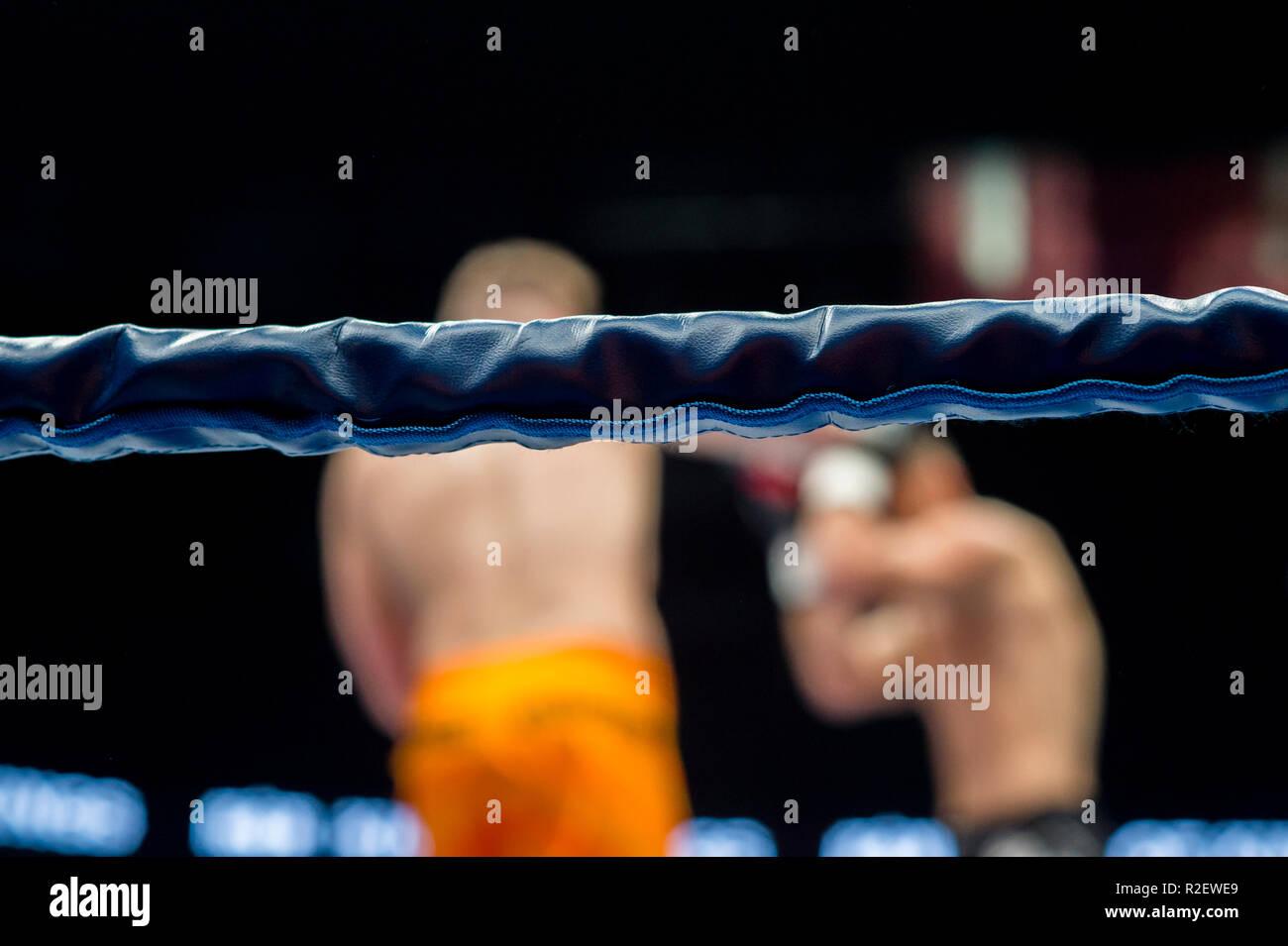 Ring de boxe cordes sur fond flou lutte Photo Stock