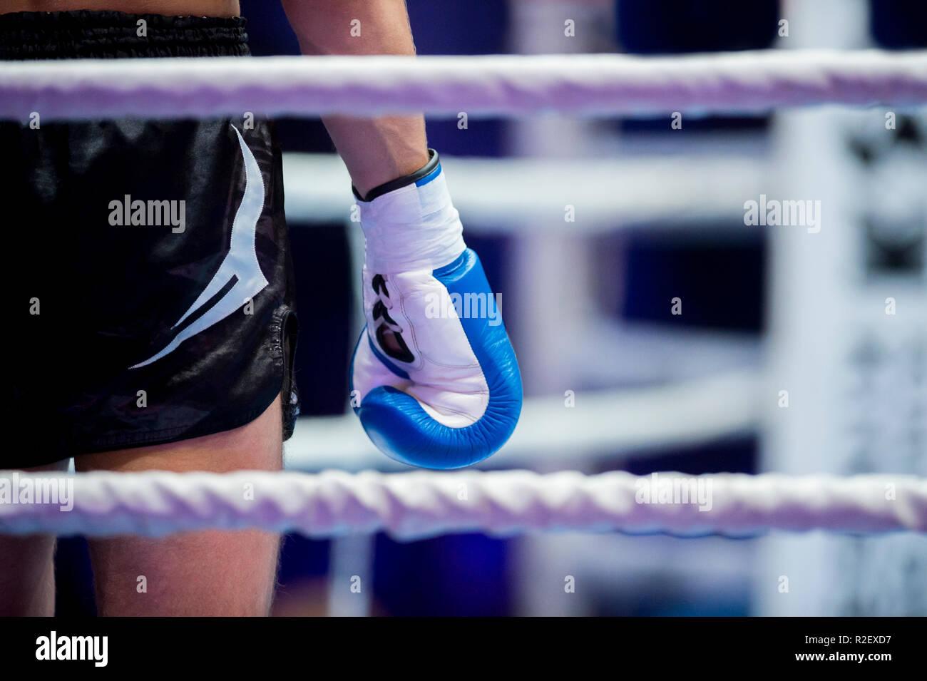 Muaythai boxer main sur l'anneau d'acier pendant la pause Photo Stock