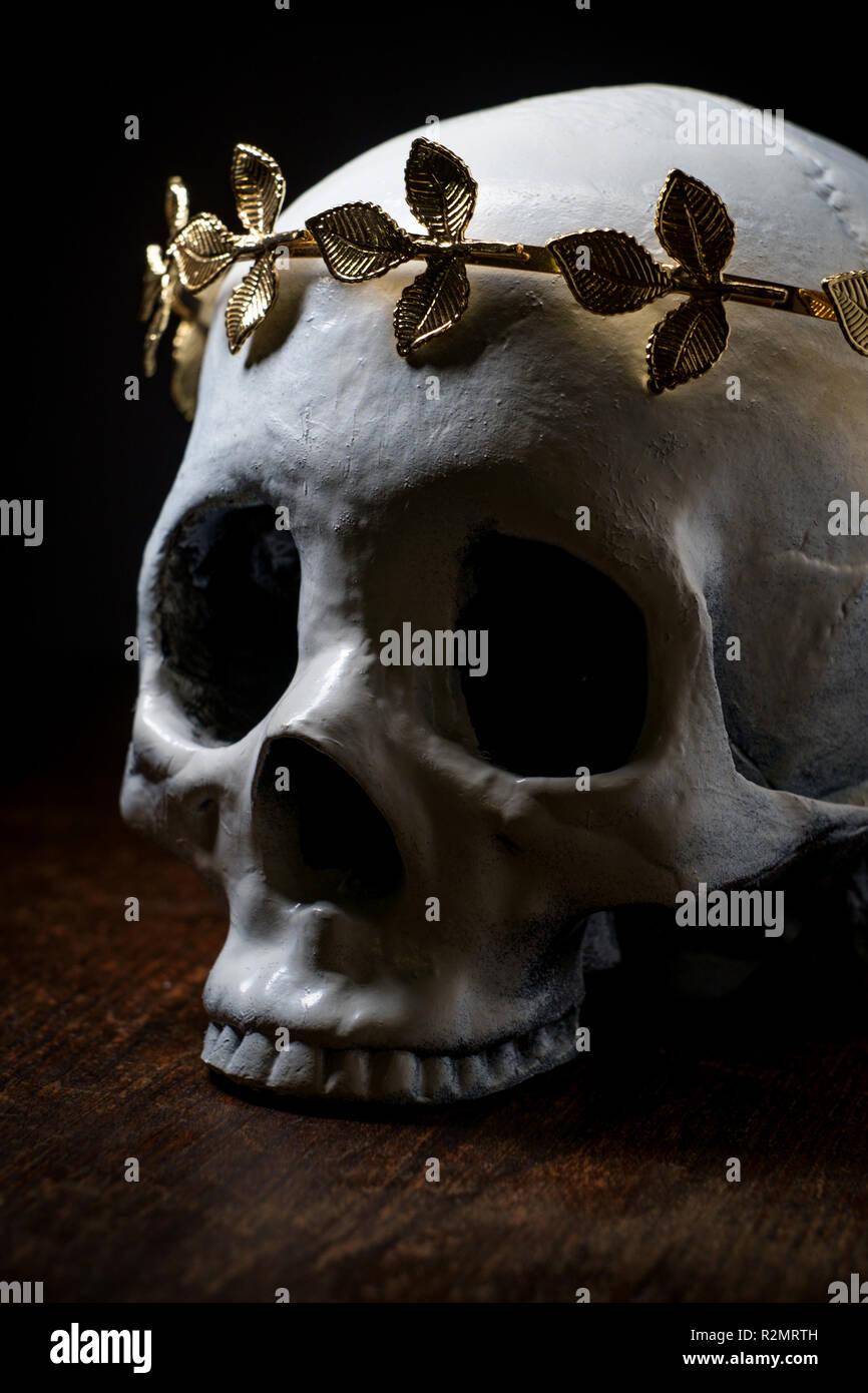 Squelette Crane De Roi Ou Reine Portant Des Feuilles D Or Couronne