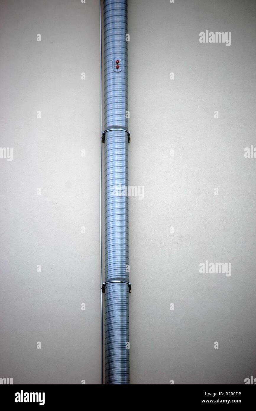 Descente d'eaux pluviales sur mur extérieur nouvellement plâtrés Photo Stock