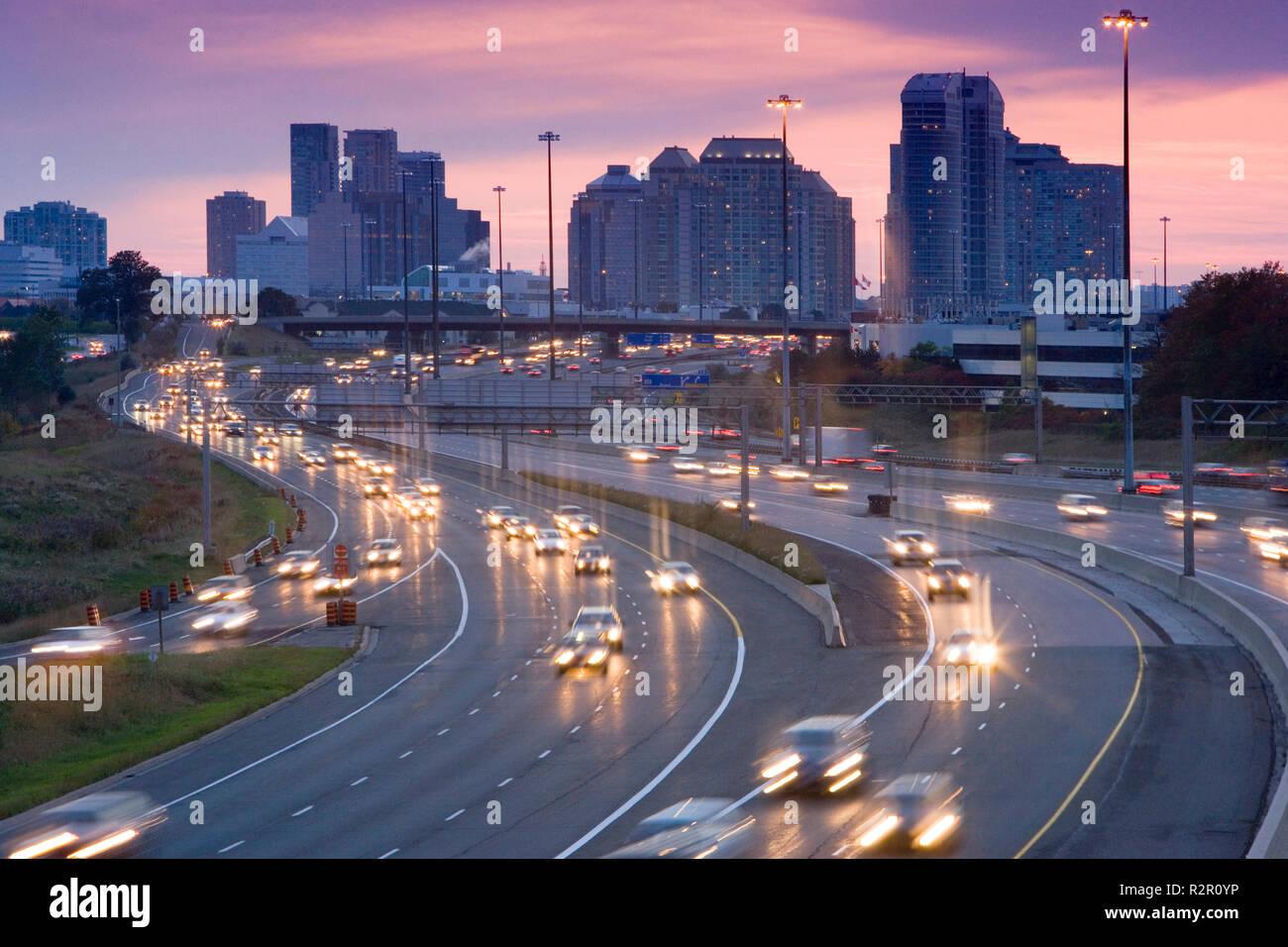 Amérique du Nord, Canada, Ontario, Toronto, le trafic sur l'autoroute 401 au crépuscule, une des routes les plus achalandés au monde Photo Stock
