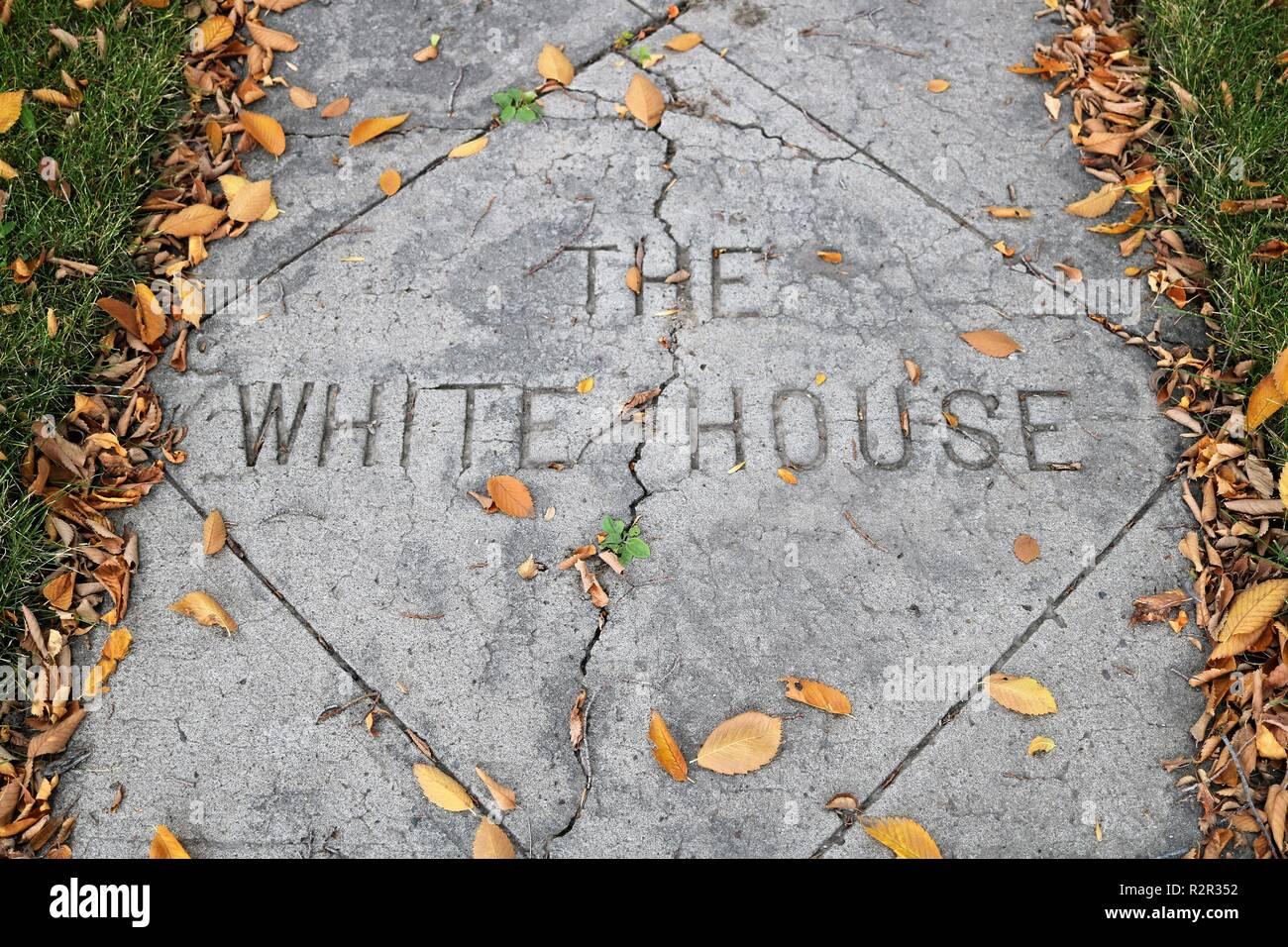 Un trottoir ornant 'la maison blanche' avec une fissure passe au milieu. Banque D'Images