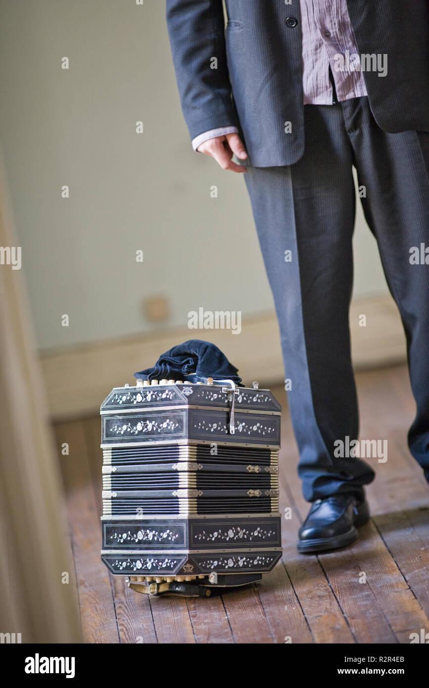 Chambre De Jeune Adulte les jambes et l'accordéon d'un jeune adulte homme debout