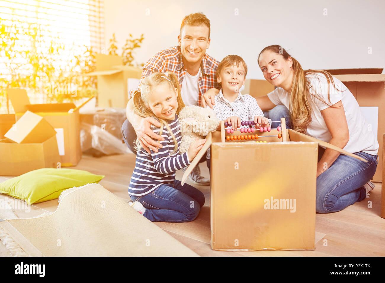 Enfants déballez le déménagement fort lors du déplacement à leur nouvelle maison Photo Stock