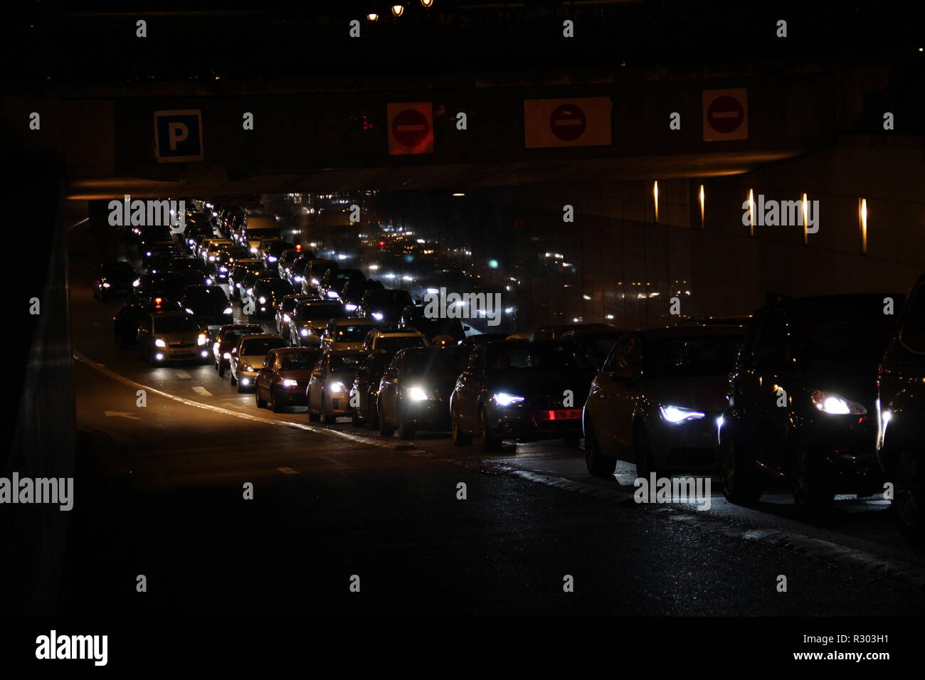 Les automobiles dans le tunnel de nuit à Paris. Photo Stock