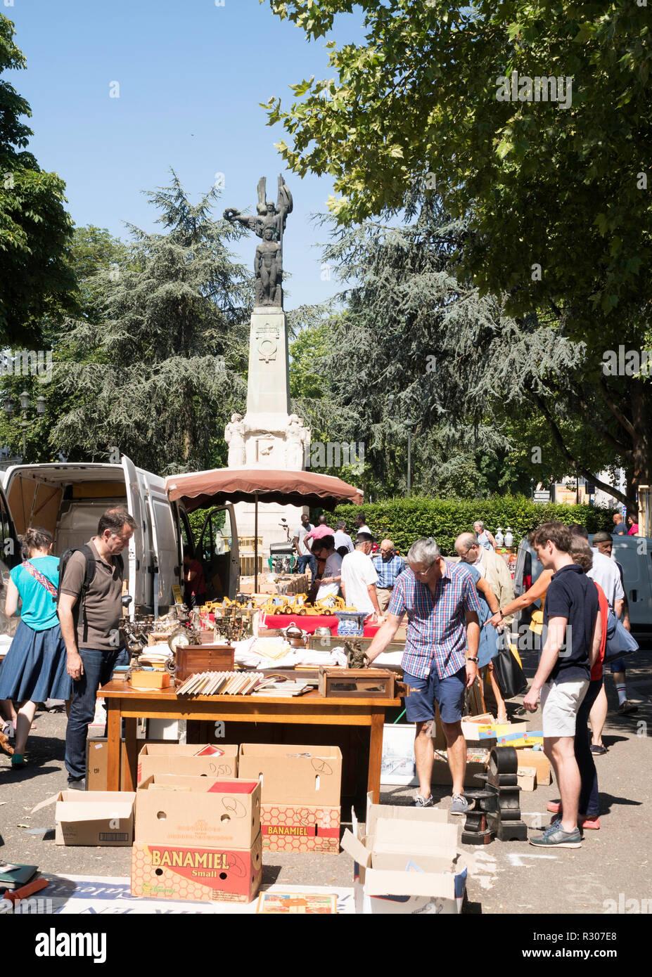 Marché aux puces à l'Esplanade du Souvenir Français, Orléans, Center-Val de Loire, France, Europe Photo Stock