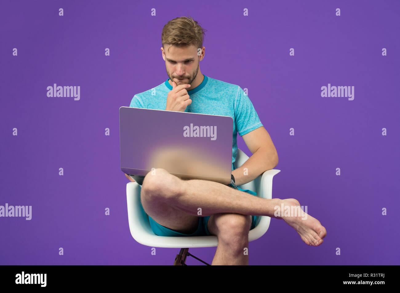 Guy en ligne. Tirer parti des achats en ligne. L'accès gratuit à internet. Homme avec un ordinateur portable moderne surf internet. Les technologies modernes. Le monde entier en une seule touche. Homme surf internet sur ordinateur portable. Photo Stock