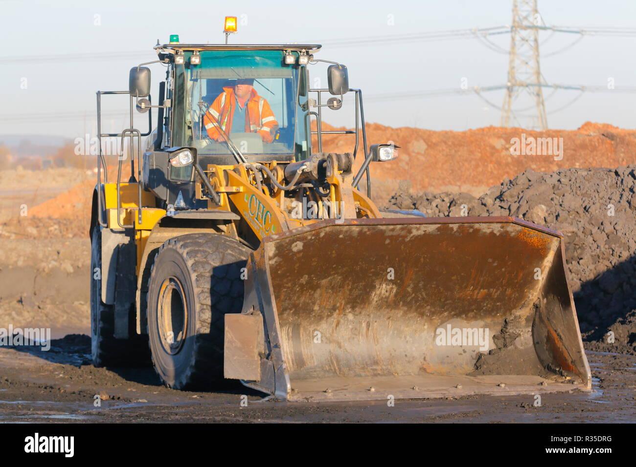 Un chargeur sur roues Caterpillar 966 au travail sur l'ancienne usine de recyclage du charbon dans Recycoal,Rossington Doncaster qui a été démoli. Photo Stock