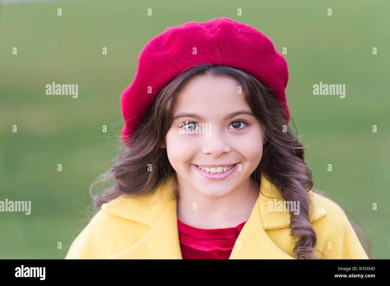 b971de25041 Kid girl bright hat beret de long cheveux bouclés. Automne hat accessoire de  mode.