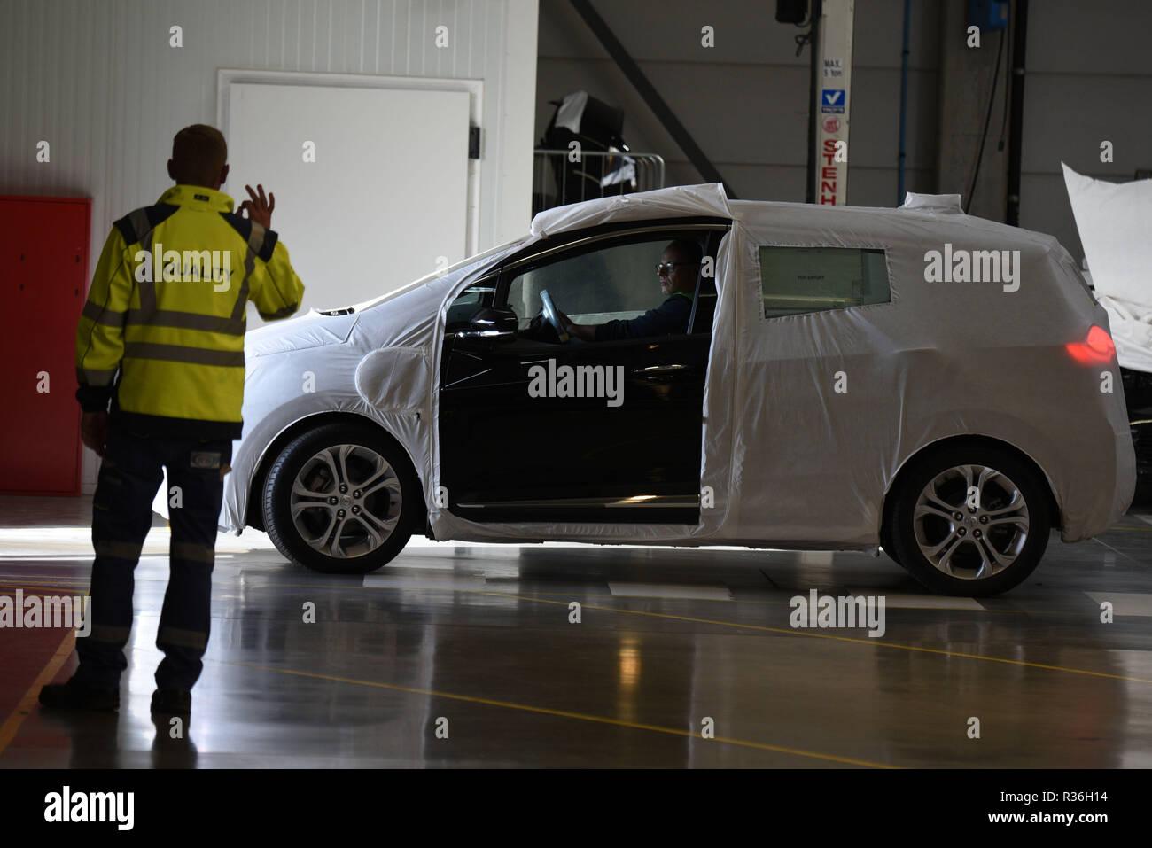 23 octobre 2018 - Zeebrugge, Belgique: les travailleurs de l'ICO (International Car Operators) vérifier les conditions de nouvelles voitures avant leur expédition à partir du port de Zeebrugge, le plus grand terminal de voiture avec 2,8 millions de véhicules en transportant d'ici chaque année. La capacité de vérifier, réparer, et personnaliser des voitures directement à partir de terminaux portuaires est l'un des principaux avantages concurrentiels de Zeebrugge. Quelques 900,000 voitures sont déplacés de et vers le Royaume-Uni chaque année, et le port de Zeebrugge se prépare pour un disque Brexit. Des employés d'ICO procedent a des controles qualite des voitures neuv Photo Stock