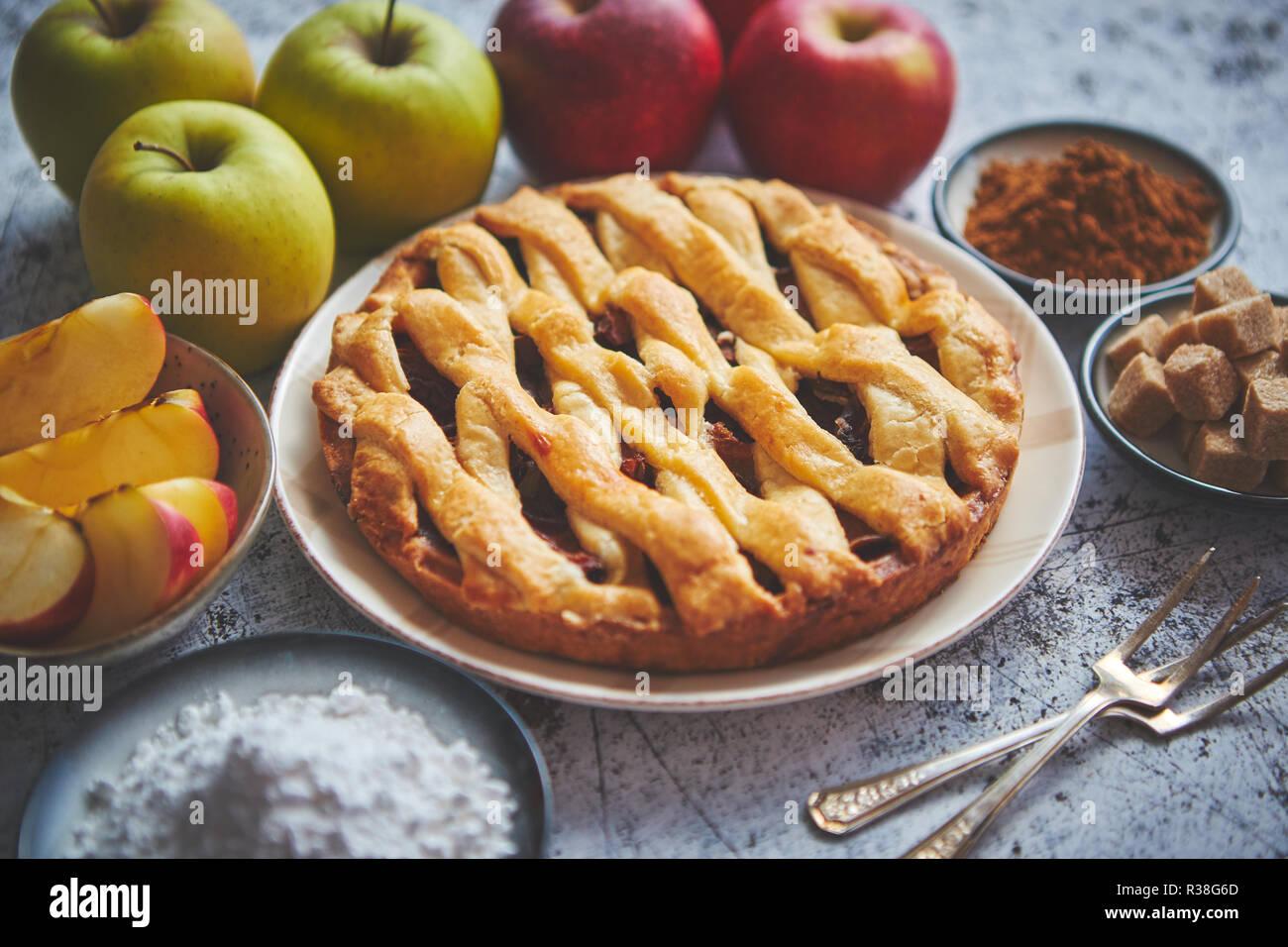 Gâteau Pommes au four traditionnel servi sur une plaque en céramique Photo Stock