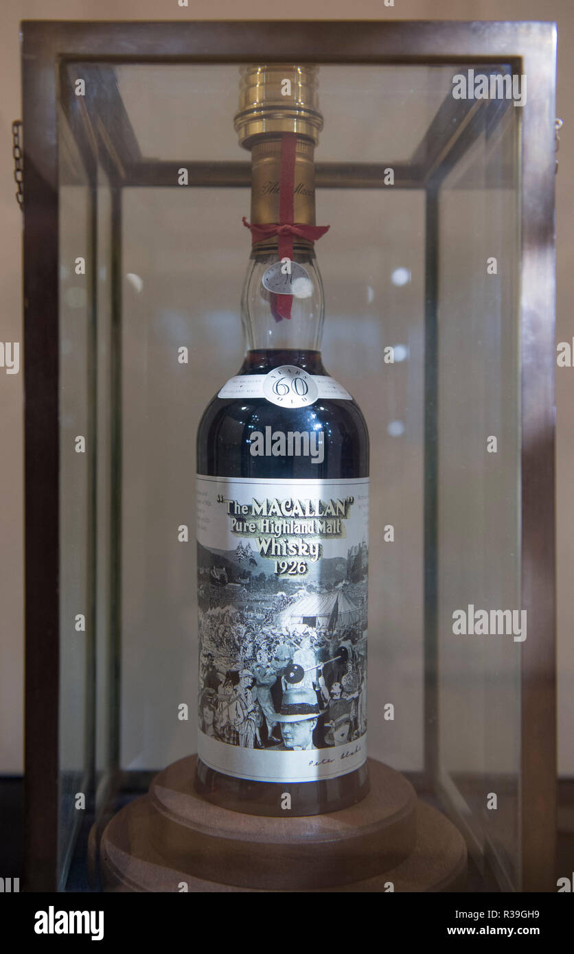 Bonhams, New Bond Street, London, UK. 22 novembre, 2018. Le Macallan 60 ans - 1926 - Scotch Whisky en bouteille (1986). Bonhams présente une très rare vintage Macallan 60 ans avec label design by Peter Blake (co-concepteur de la couverture de l'album des Beatles Sgt Peppers) et l'un de seulement 12 bouteilles. La bouteille sera mise aux enchères Bonhams à Édimbourg Le Whisky vente le 6 mars 2019, estimation £700 000. Credit: Malcolm Park/Alamy Live News. Banque D'Images