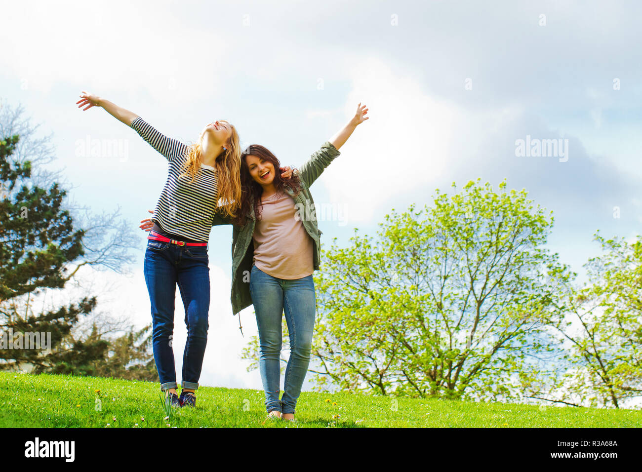 Les amies s'amuser dans la nature Photo Stock