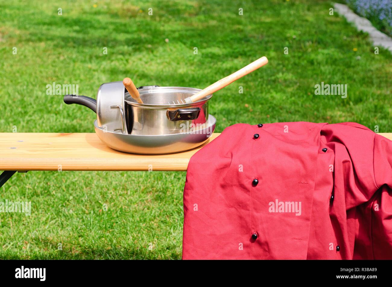 Chef de cuisine et uniforme dans le jardin, isolé Photo Stock