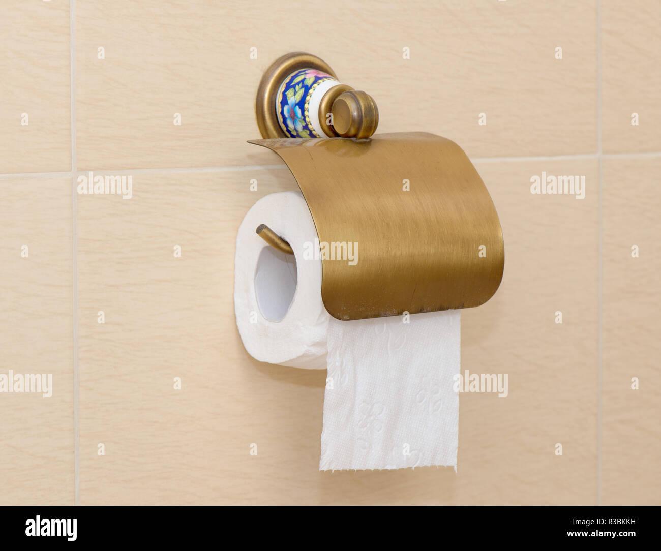Un rouleau de papier toilette accroché au mur Banque D ...