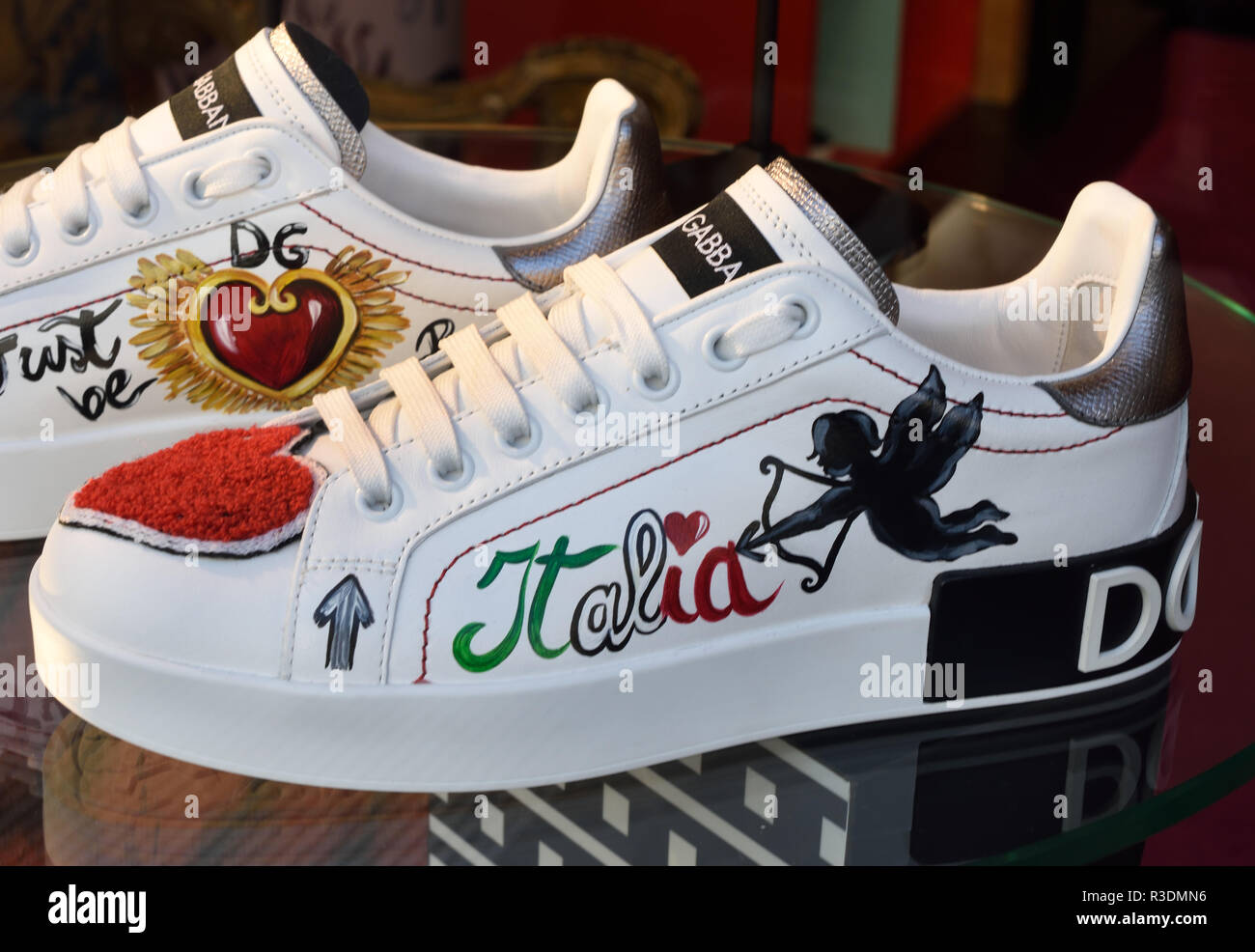 Chaussures Dolce Gabbana Milan Italie afficher la fenêtre de Mode Italienne,  Milano Fashion District, 41bf0c5e6d5