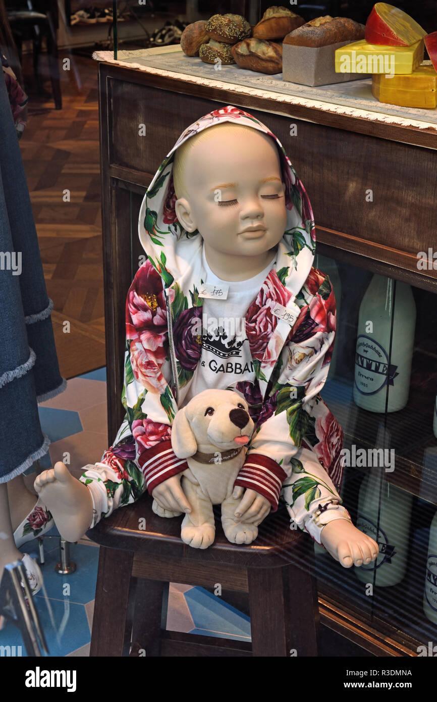 Enfant Dolce Gabbana Milan Italie afficher la fenêtre de Mode Italienne,  Milano Fashion District, 703ba3de317