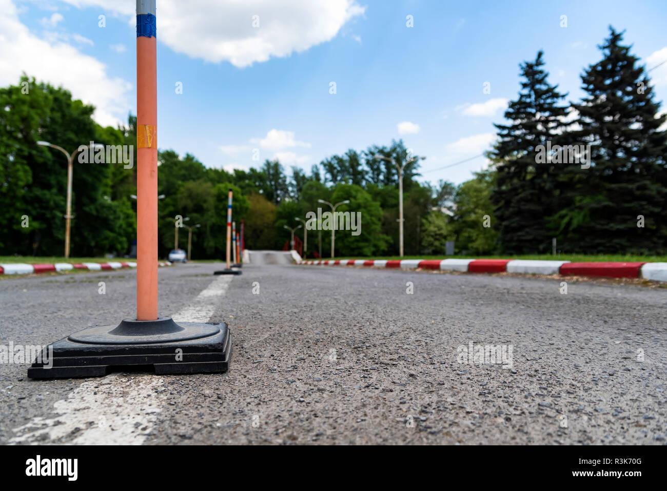 La pratique en école de conduite sur circuit routier zone Photo Stock