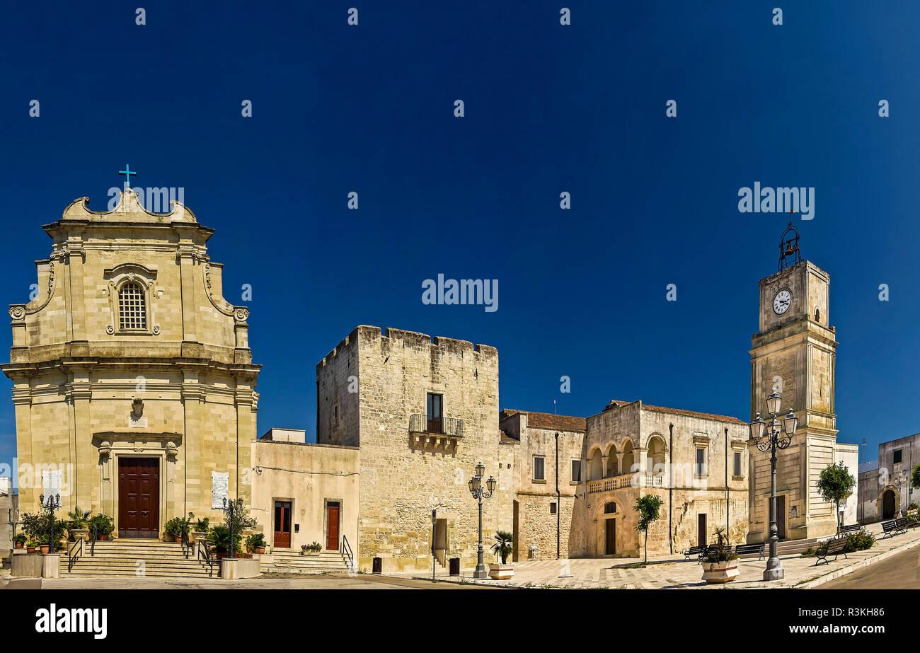 Vaste, village médiéval avec square; l'église et le campanile Photo Stock