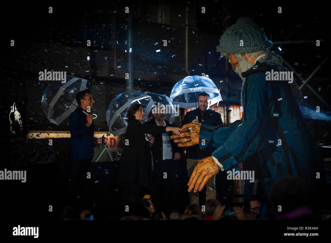 Barcelone, Espagne. 22 Nov, 2018. Barcelone, Espagne. a allumé plus de 100 km de lumières de Noël dans un spectacle où monsieur l'hiver, un caractère de 4 mètres de haut, barbe blanche, effacer et diverses tenues pour affronter le froid qui accompagneront les petits pendant ces dates. La loi présentée par Magi lari a été suivi par le maire de Barcelone, Espagne., Ada Colau et autres autorités municipales. Crédit: Charlie Perez/Alamy Live News Banque D'Images