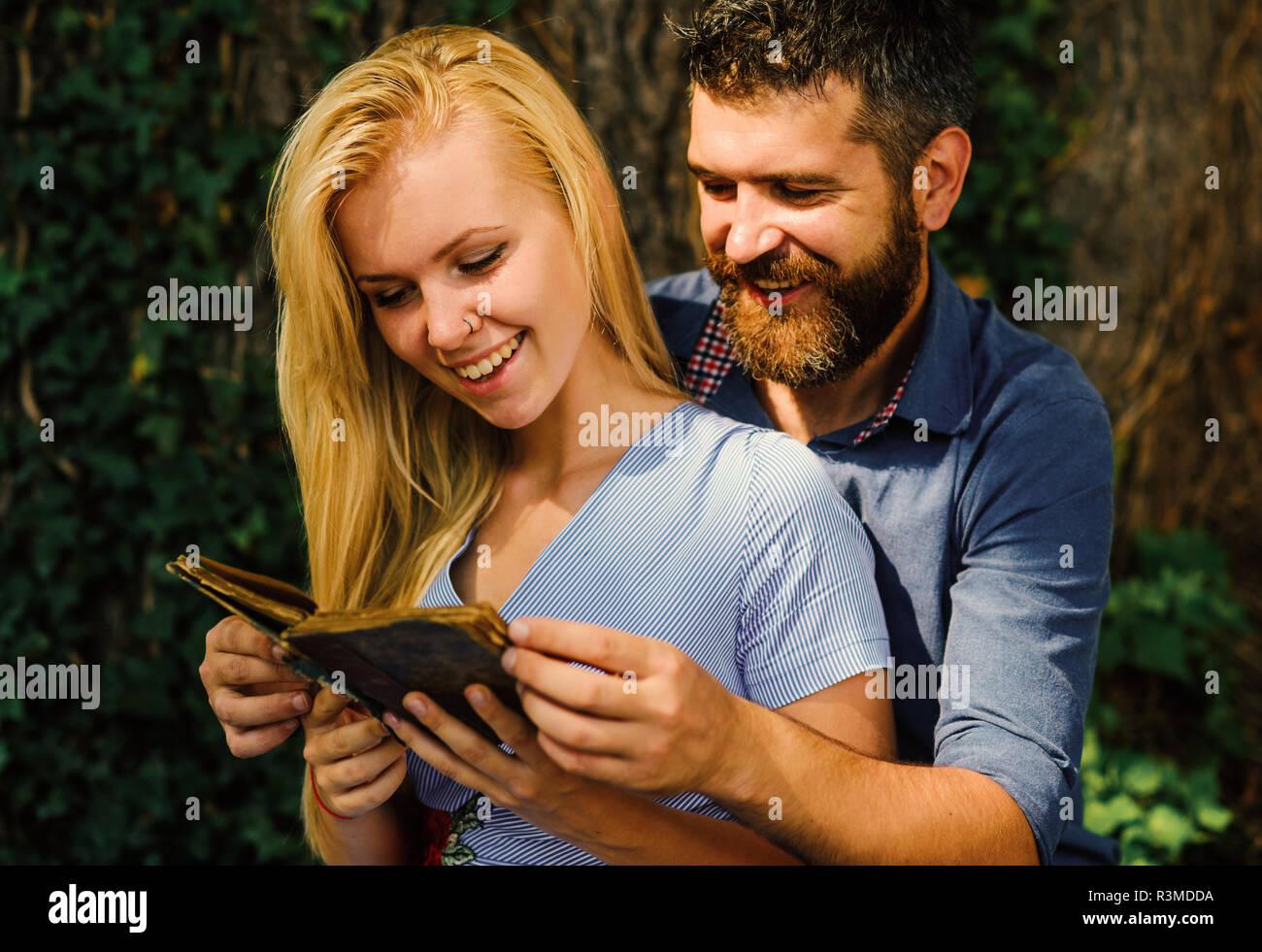 Fille Avec Un Visage Heureux Detient Vieux Livre Couple