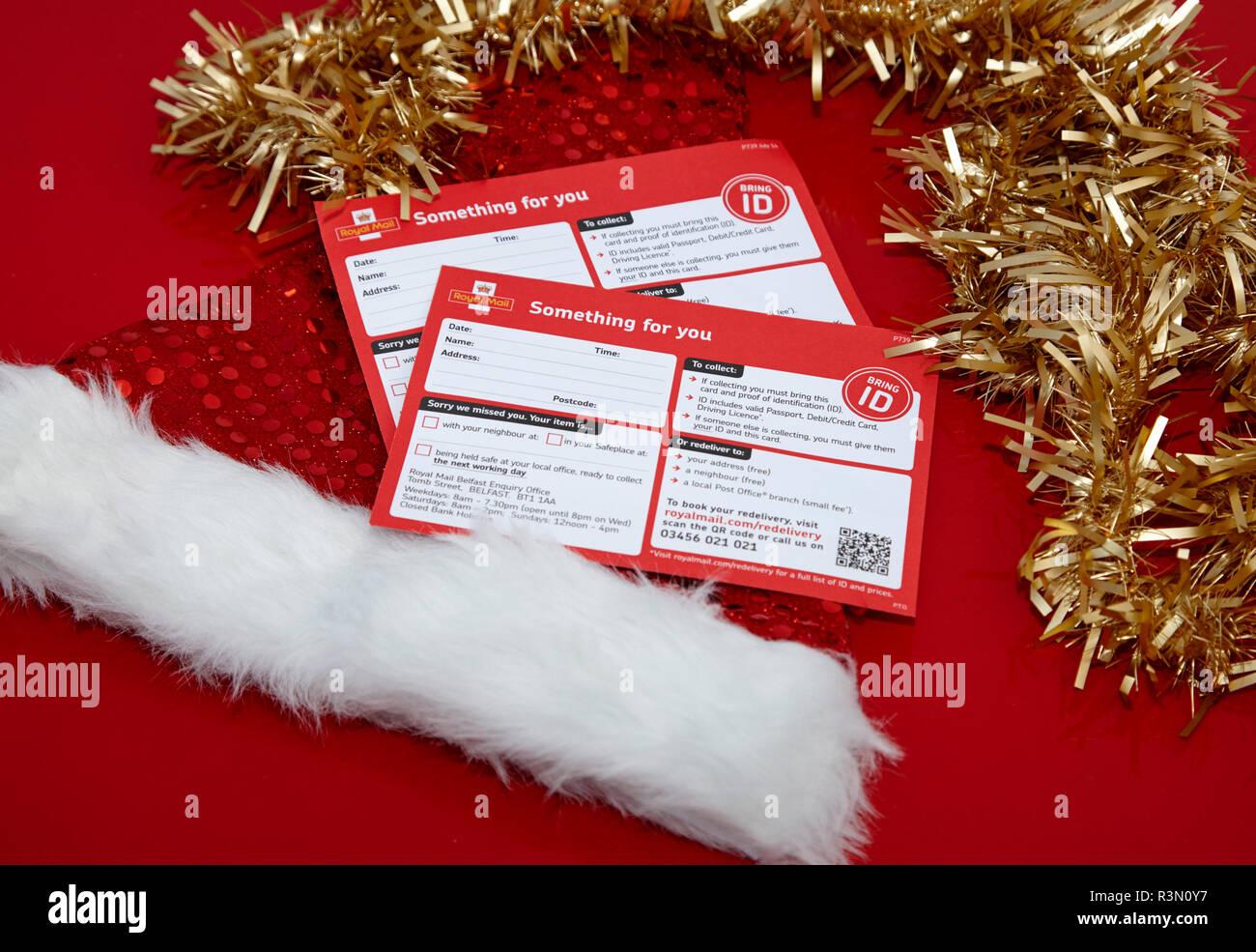 Royal Mail quelque chose pour vous les cartes avec chapeau de noël et de guirlandes Banque D'Images