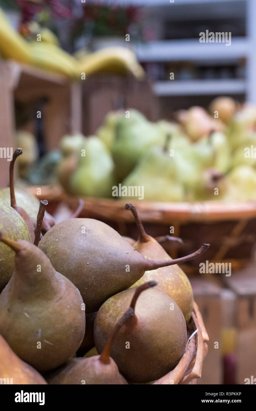 Variété de poires en vente dans des paniers à Eataly marché alimentaire haut de gamme à Turin, Italie. Banque D'Images