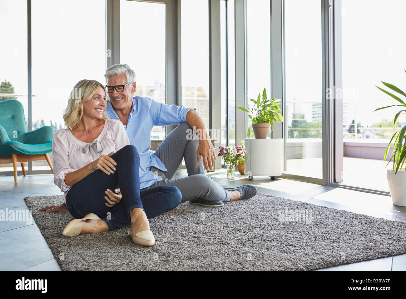 Smiling young couple relaxing at home Banque D'Images